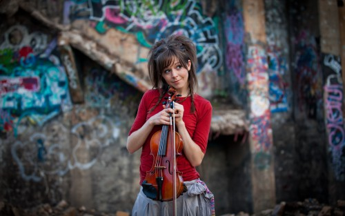 Music_A_girl_with_a_violin_smiles_075637_19.jpg